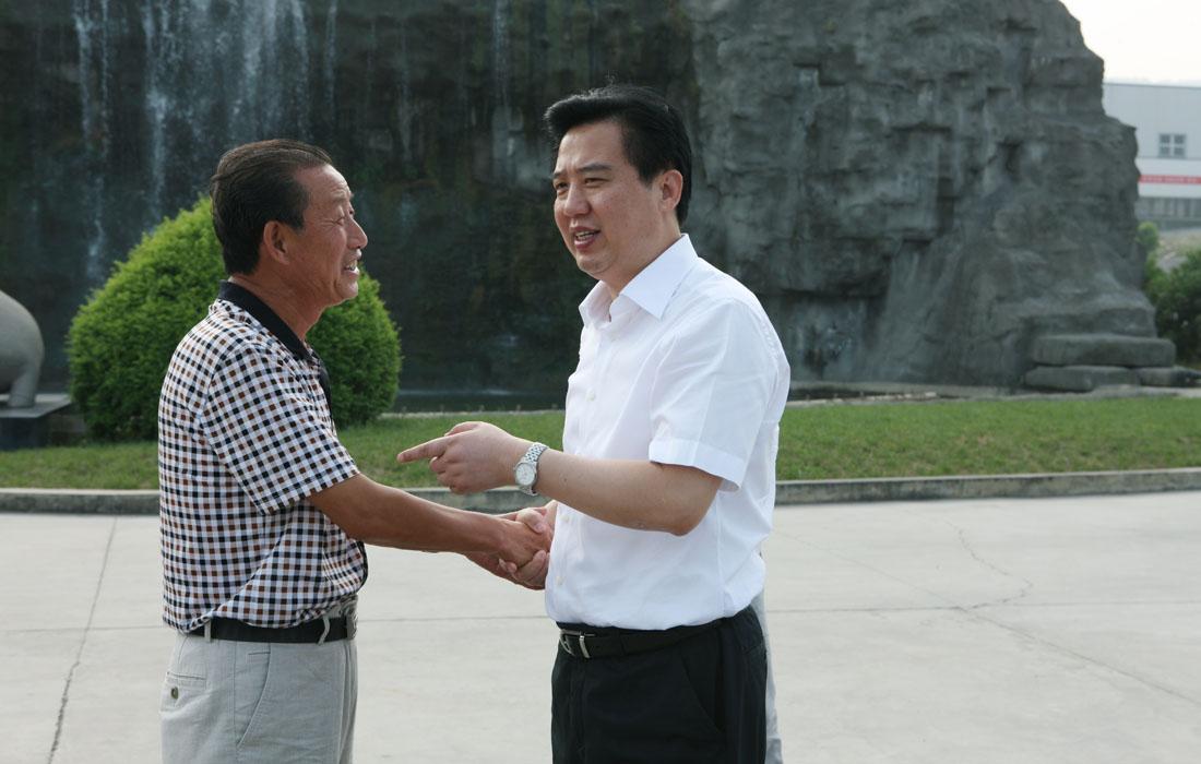 2012年8月省委常委宜昌市委书记黄楚平与董事长亲切交谈